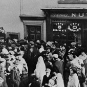 Queueing for potatoes 1914-18 Market Square, Brynmawr