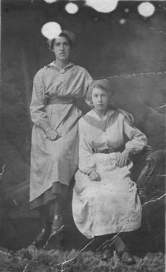 Elizabeth Ellen Jones later Shaw (nee Price) on left
